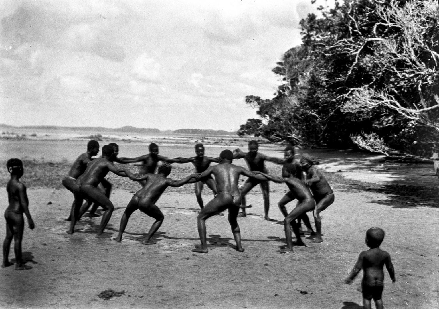 1198. Народность онге. Группа мужчин танцует на берегу