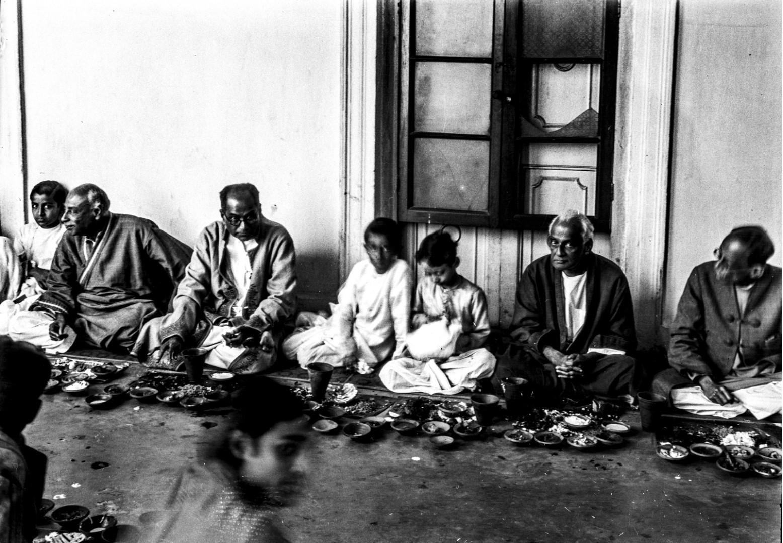 1309. Члены семьи Тагоров во время совместной трапезы
