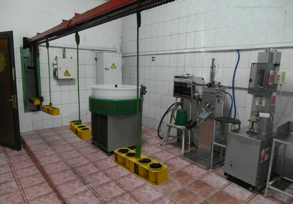 Обработка шампанского на заводе Бахус в Алматы