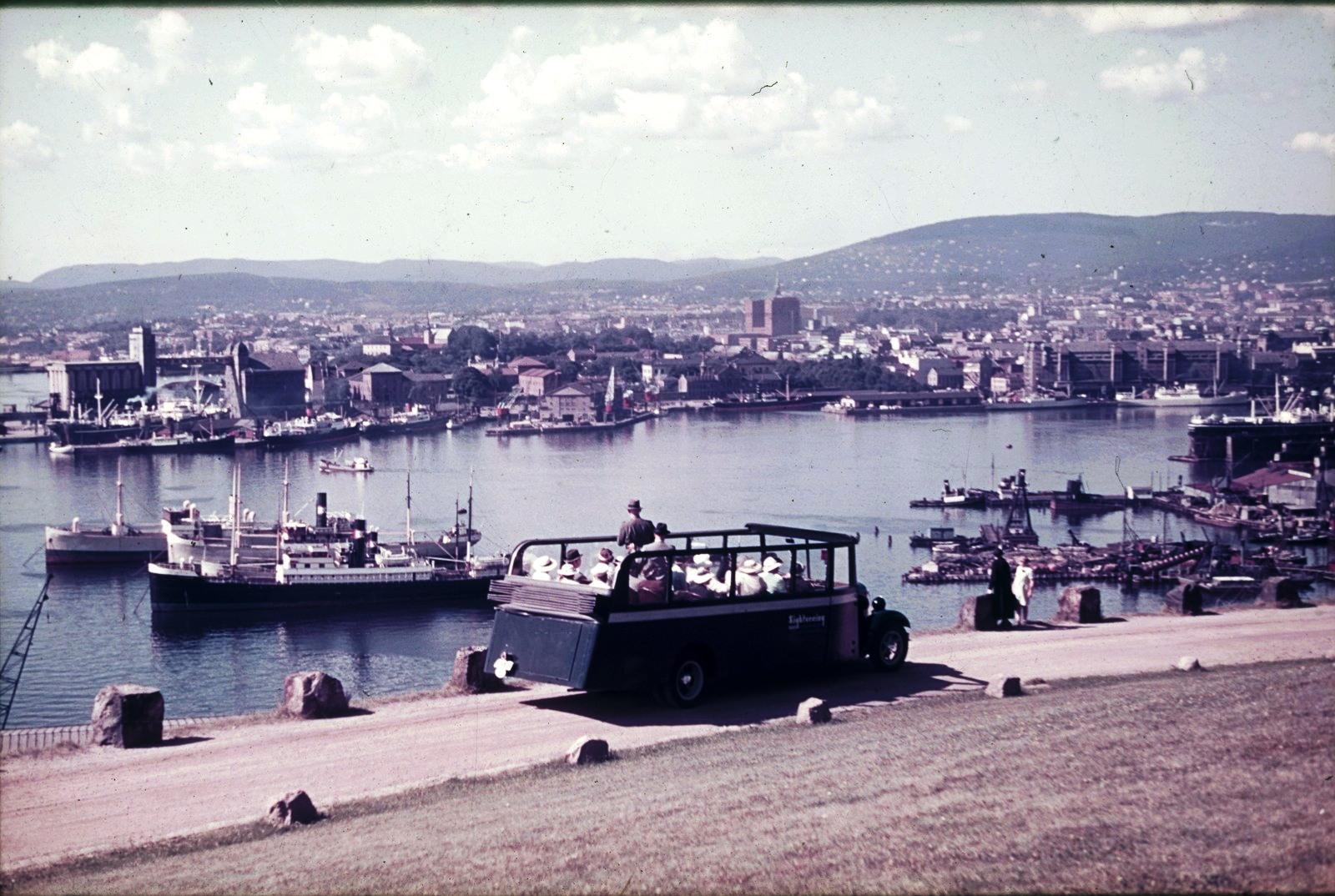 Осло. Вид на гавань и город. На переднем плане экскурсионный автобус