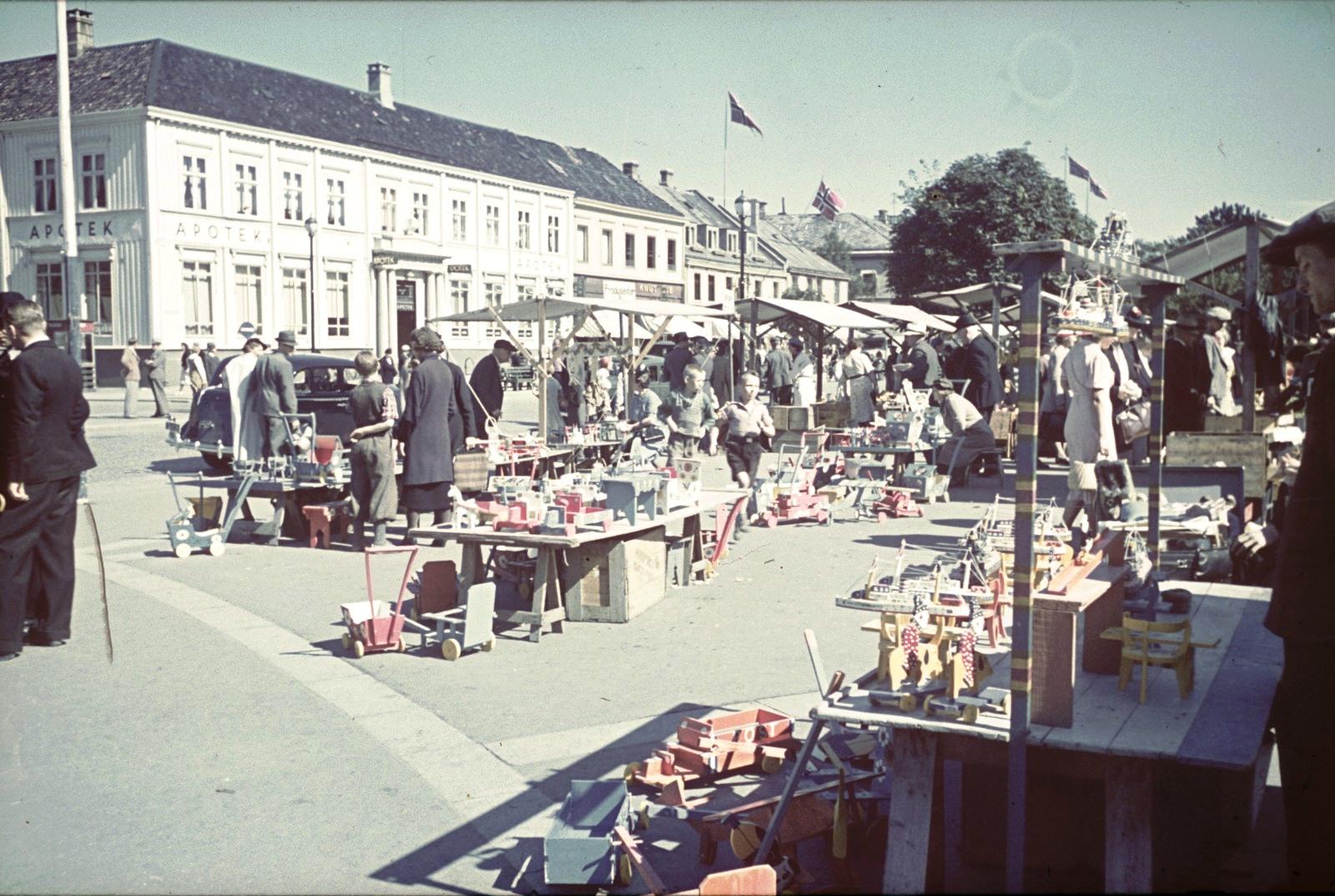 Берген. Рынок игрушек. На заднем плане аптека