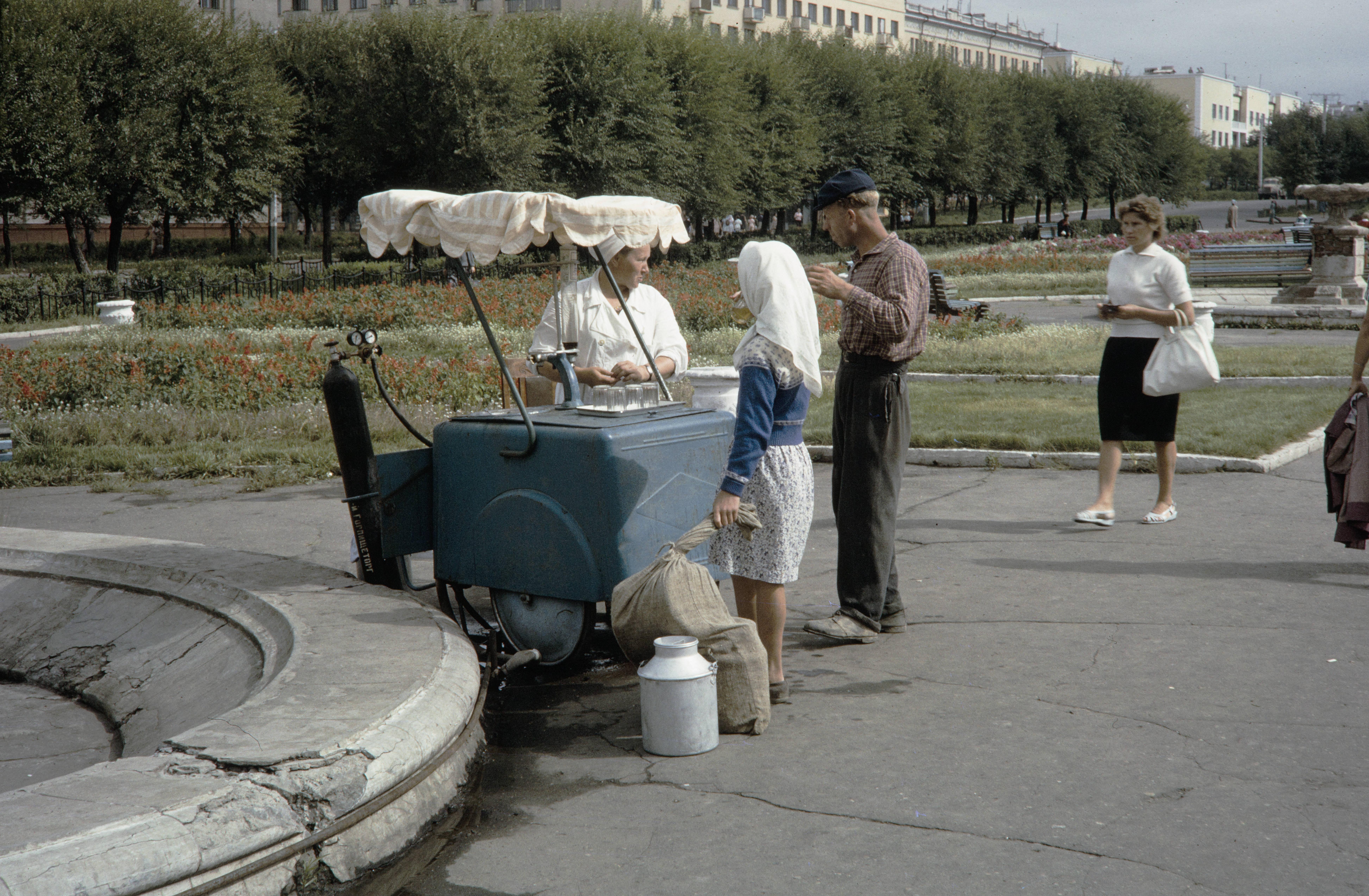 Торговля газированной водой на площади им.Ленина