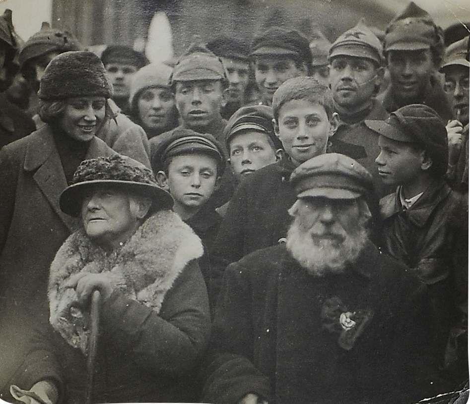 1920-е. Руководитель Международной организации помощи борцам революции Клара Цеткин и красный партизан Иван Гуляев среди кремлевских курсантов