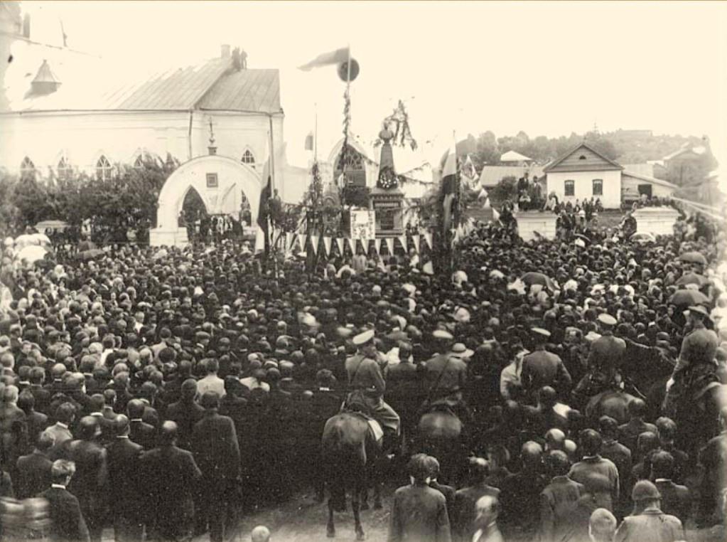 Перед бюстом Александру II у церкви Успения