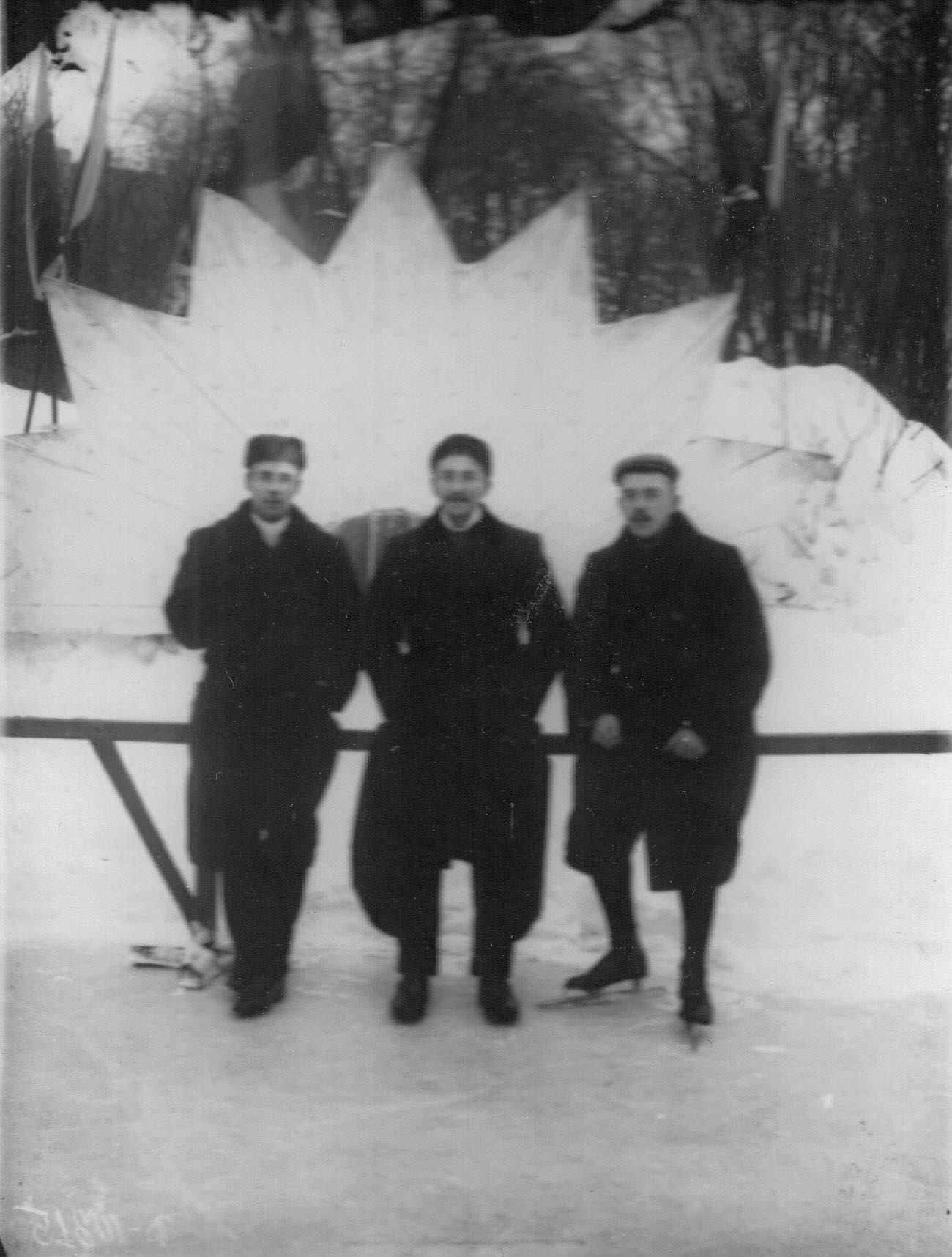 42. Группа мужчин на катке в Юсуповом саду