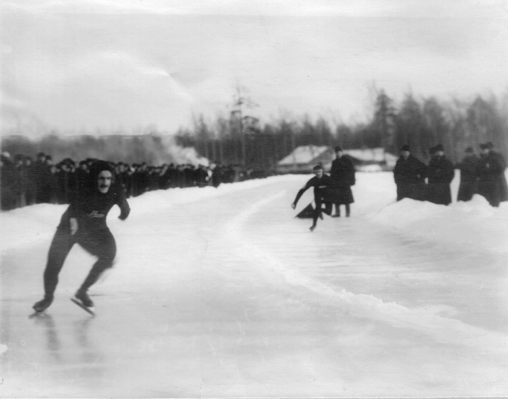 Конькобежцы на дистанции на соревнованиях на Крестовском острове. 11 февраля 1913