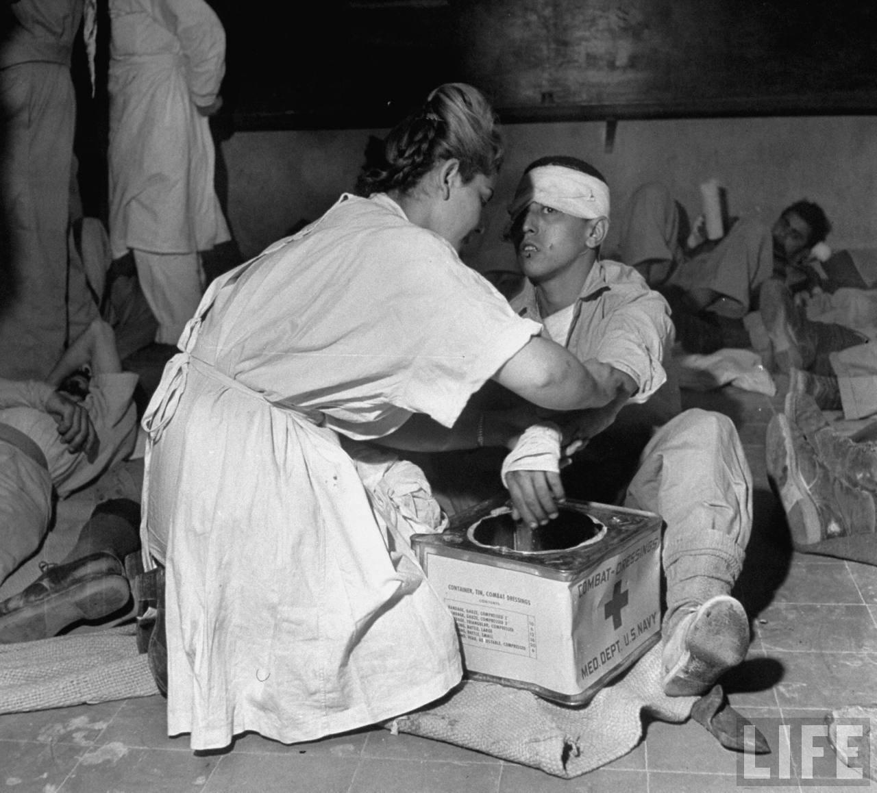 Медсестра лечит раненых еврейских солдат в Иерусалиме