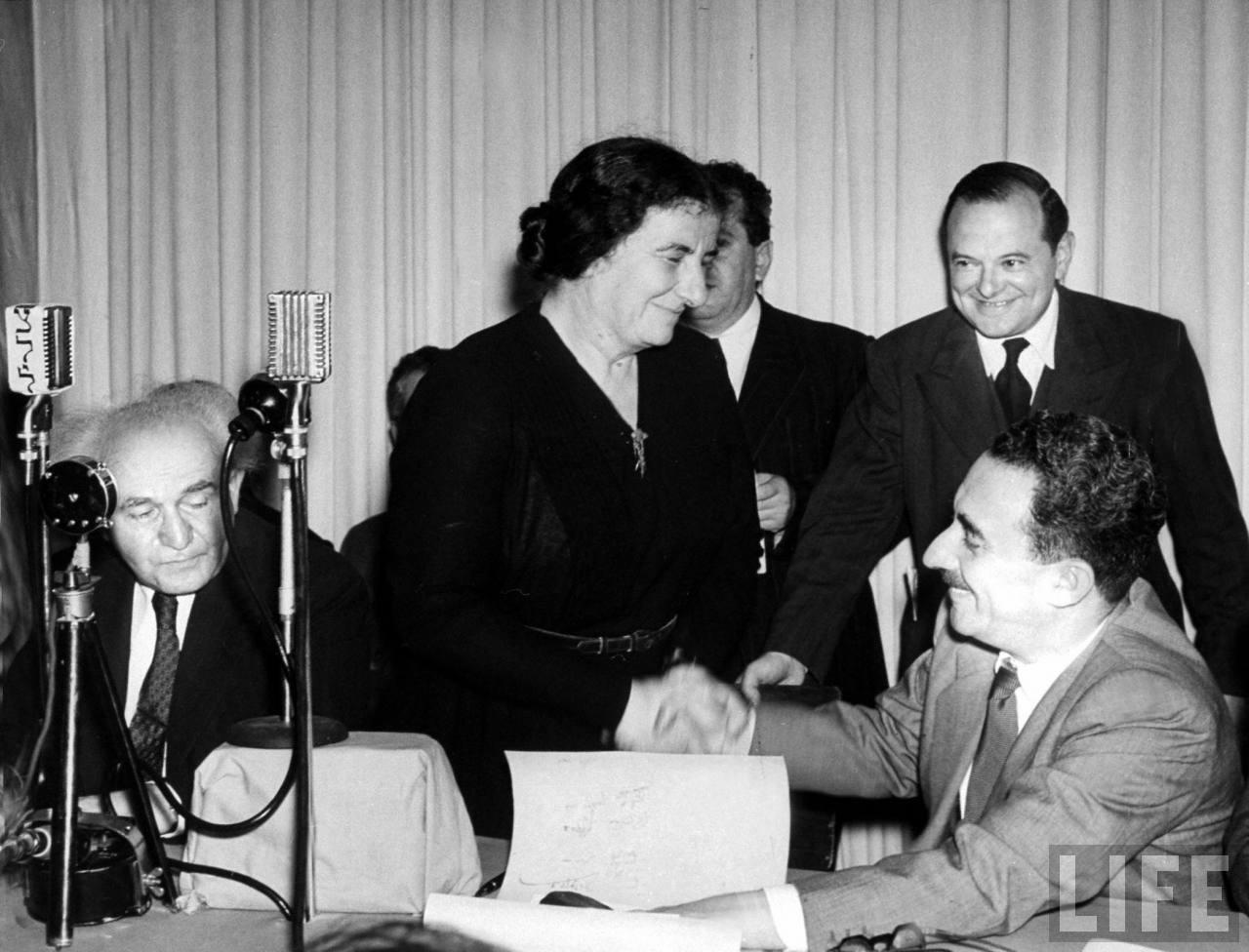 Моше Шатт и Голда Меир Голда Меир во время чтения Дэвидом Бен-Гурионом «Декларации независимости Израиля». 14 мая