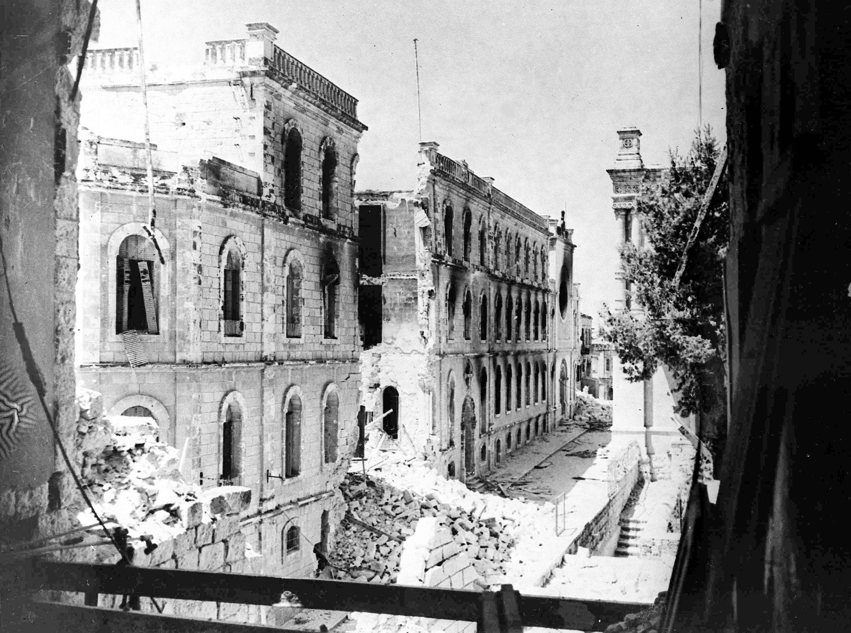 Вид разрушений на улице султана Сулеймана в старом городе Иерусалима, которая образует линию фронта между арабами внутри и еврейскими силами за стенами. 20 июля