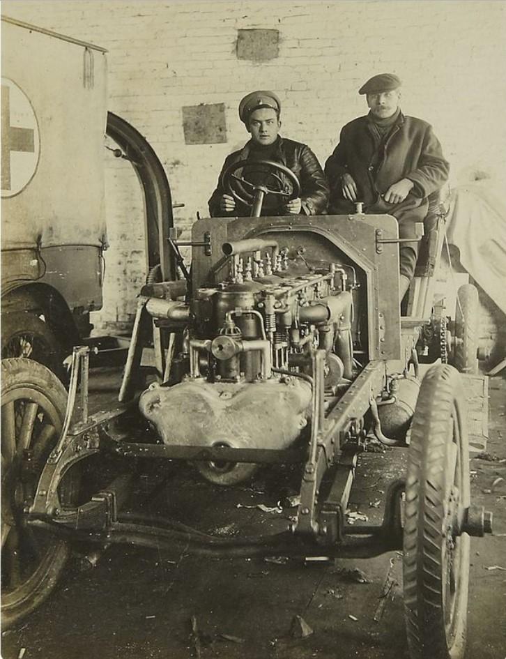 Фото на ремонтируемом автомобиле. 1914-1917
