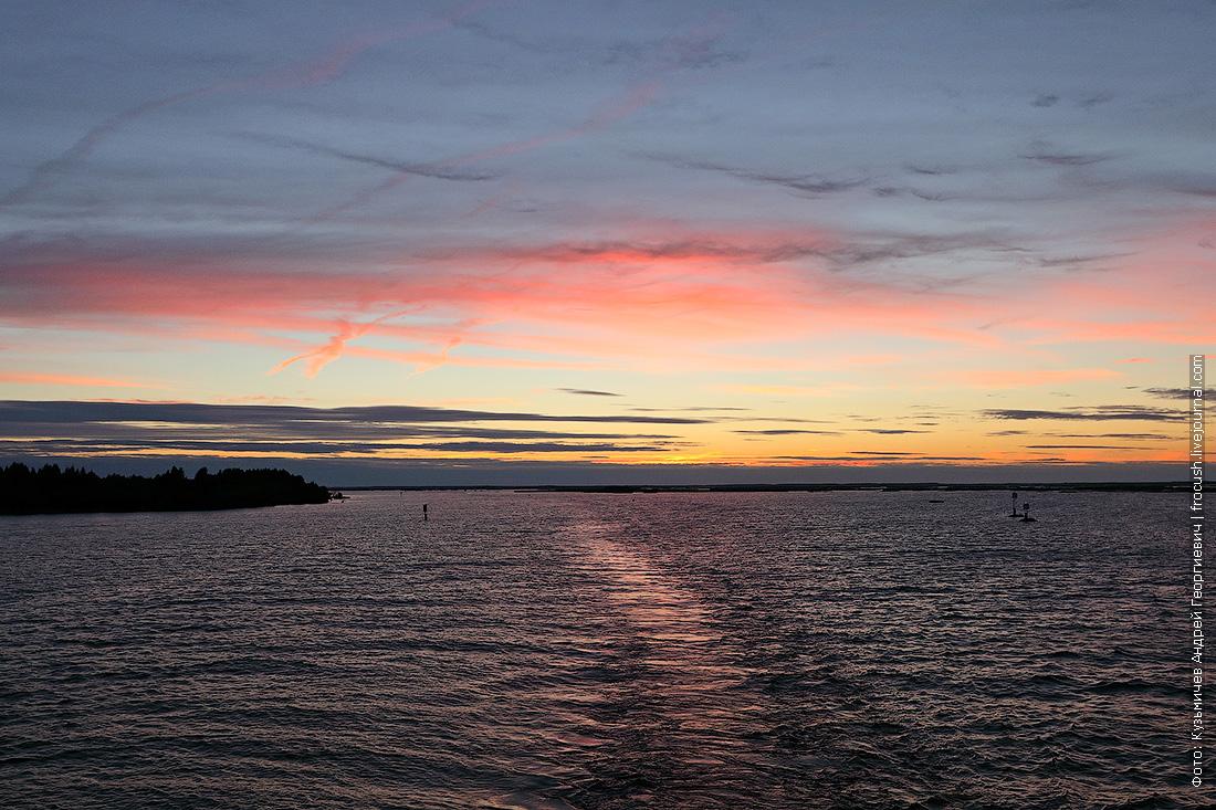 Белое озеро на закате фотография