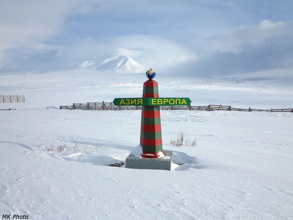 Столб на границе частей света