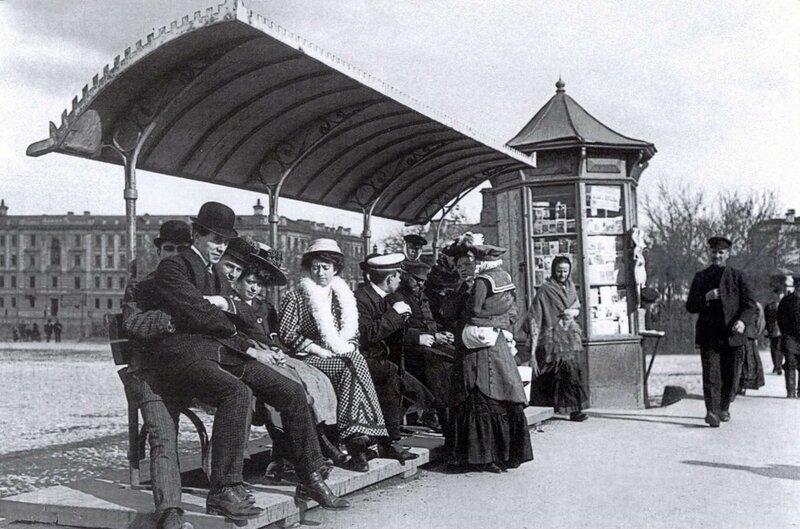 Москва. На остановке трамвая (Москва, Болотная пл.) 1913 год.jpg