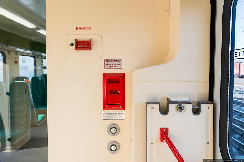 Стоп-кран и рычаг аварийного открывания дверей