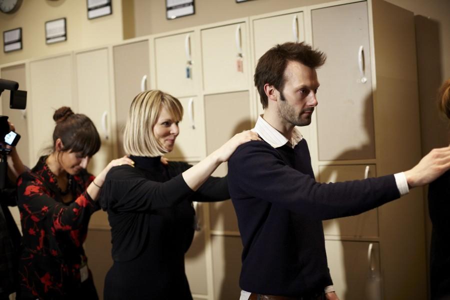 26. Чтобы добраться к своим местам, посетители выстраиваются друг за другом и кладут руки друг другу