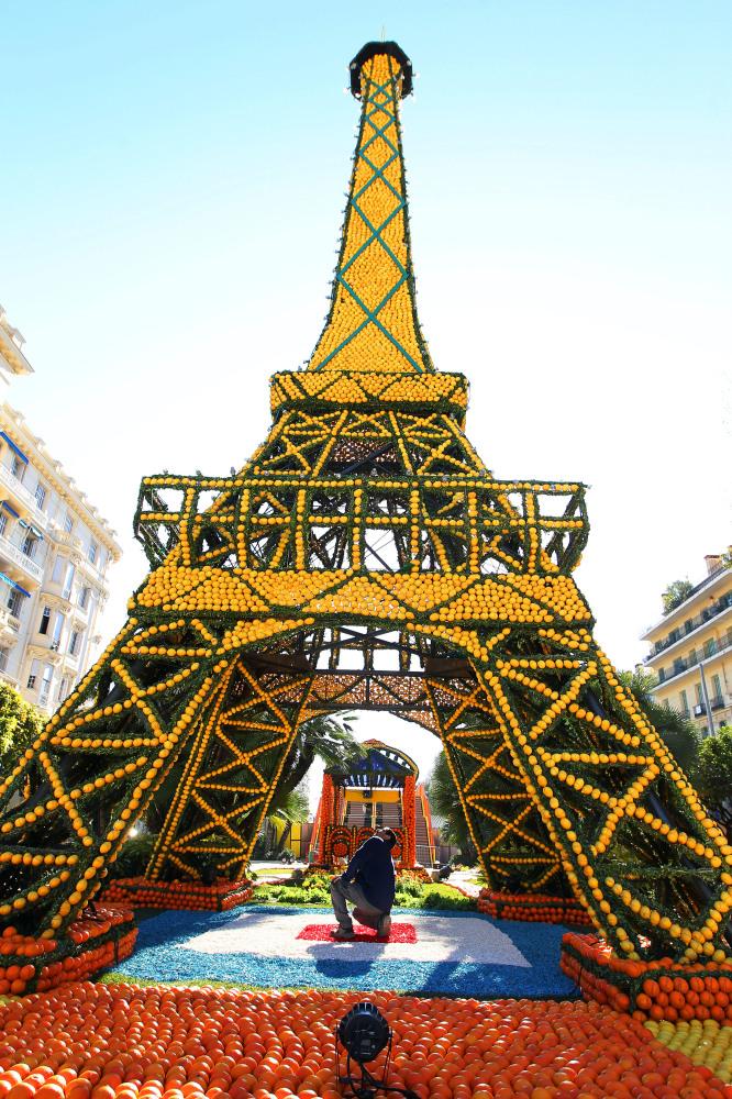 5. Мужчина работает над Эйфелевой башней из апельсинов и лимонов. (Valery Hache, AFP / Getty Images)