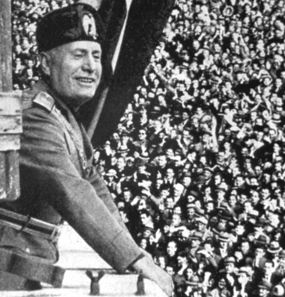 Бенито Муссолини произносит речь перед толпой в 1911 году. Universal History Archive/REX/Shutterstoc