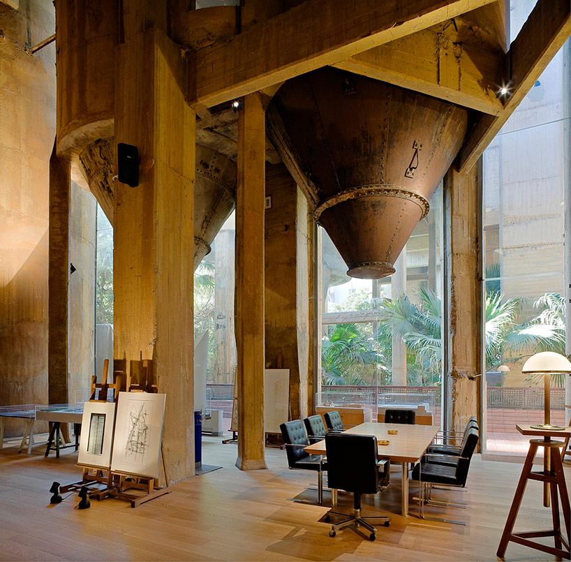 Студия-дом из старого завода в Испании