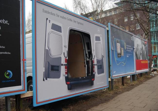 Совместив билборд снастоящим автомобилем, наулицах Гамбурга разместили рекламу, которая дает возмо
