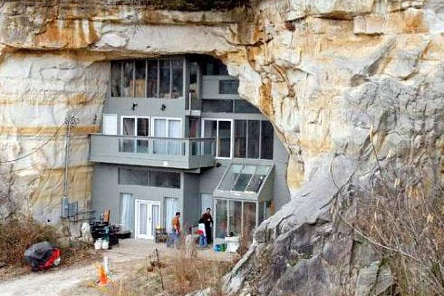 Еще один дом, встроенный в естественный провал в горных породах, находится в штате Миссури и являетс