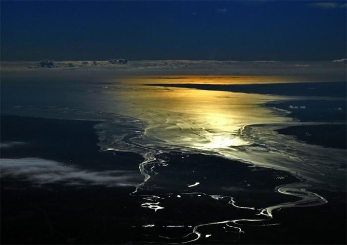 Восход солнца над Северным морем во время полета из Варшавы в Лондон. Пролив Босфор