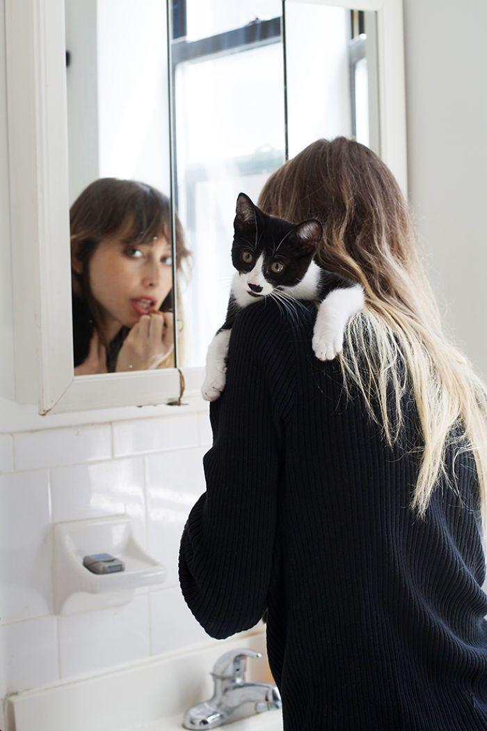 Красивые девушки со своими котами, которых они приютили (23 фото)