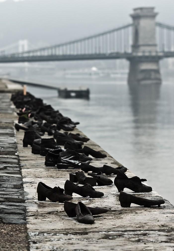 6. Обувь на берегу Дуная, Будапешт, Венгрия Скульптура увековечила память евреев, убитых фашистами в