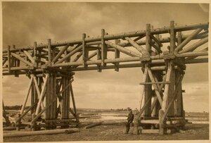 Вид ригельно-подкосных ферм для строящегося моста.