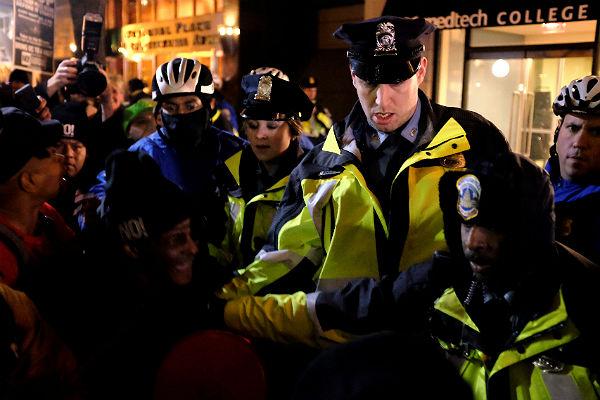 Милиция вВашингтоне применила перцовые баллончики для разгона протестующих