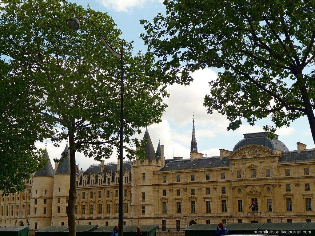 Консьержери́ - La Conciergerie - бывший королевский замок и тюрьма.