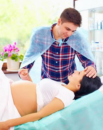 Муж и беременная жена