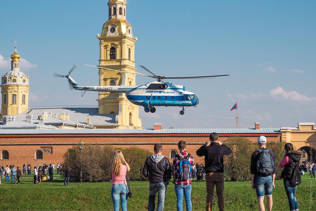 Вертолет взлетает у Петропавловской крепости