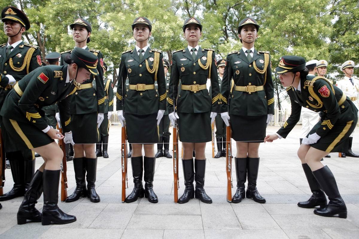 Армейские порядки очень суровы: Юбочки по ниточке