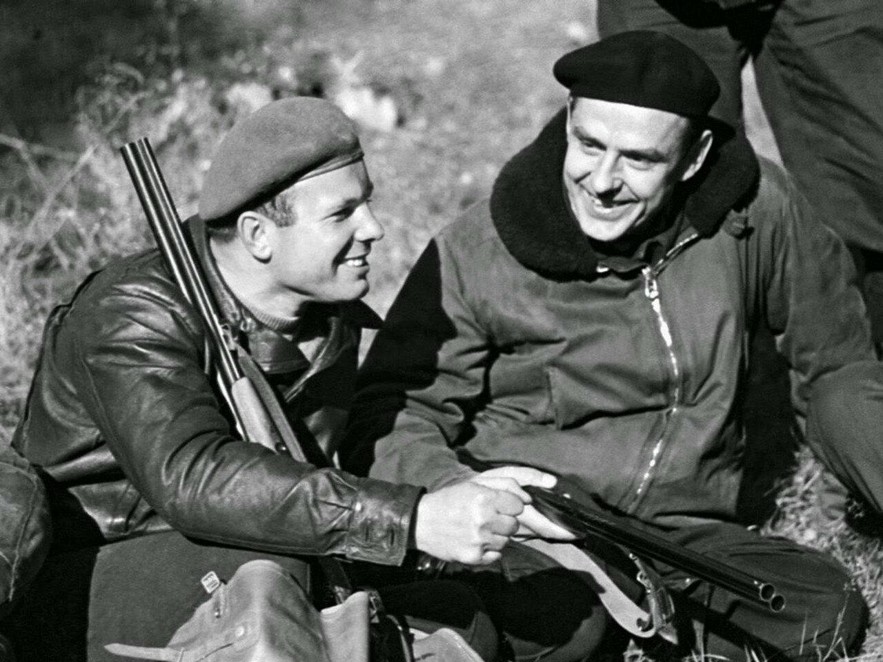 Владимир Комаров был одним из лучших друзей Гагарина. На снимке они вместе на охоте