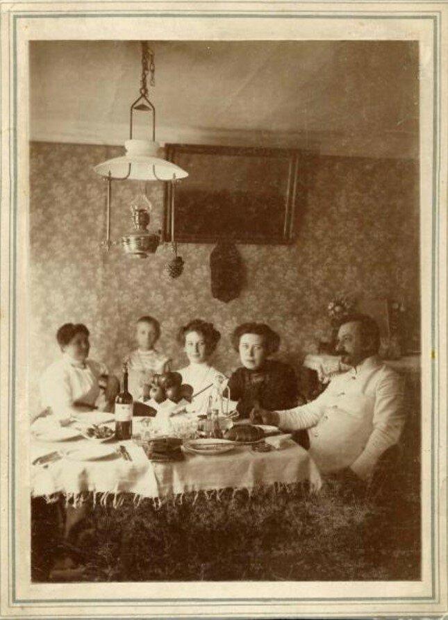 1910. Семейный обед