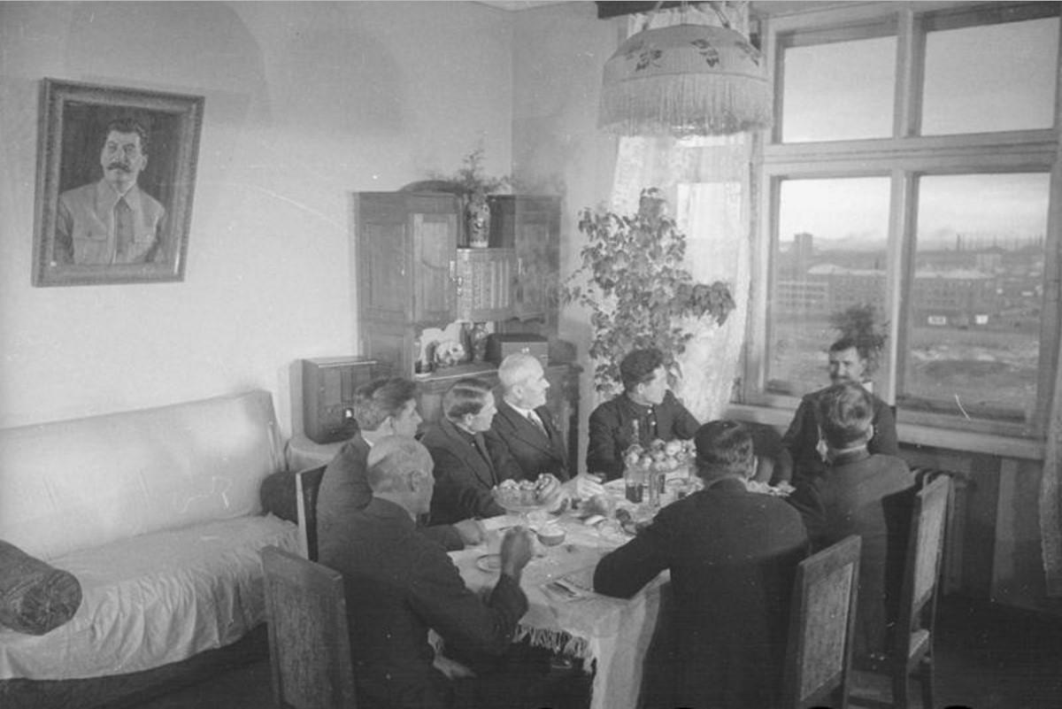 1937. Магнитогорск. Мастера-металлурги, лучшие люди Магнитки собрались на квартире обер-мастера Мартеновского цеха тов. Авраменко