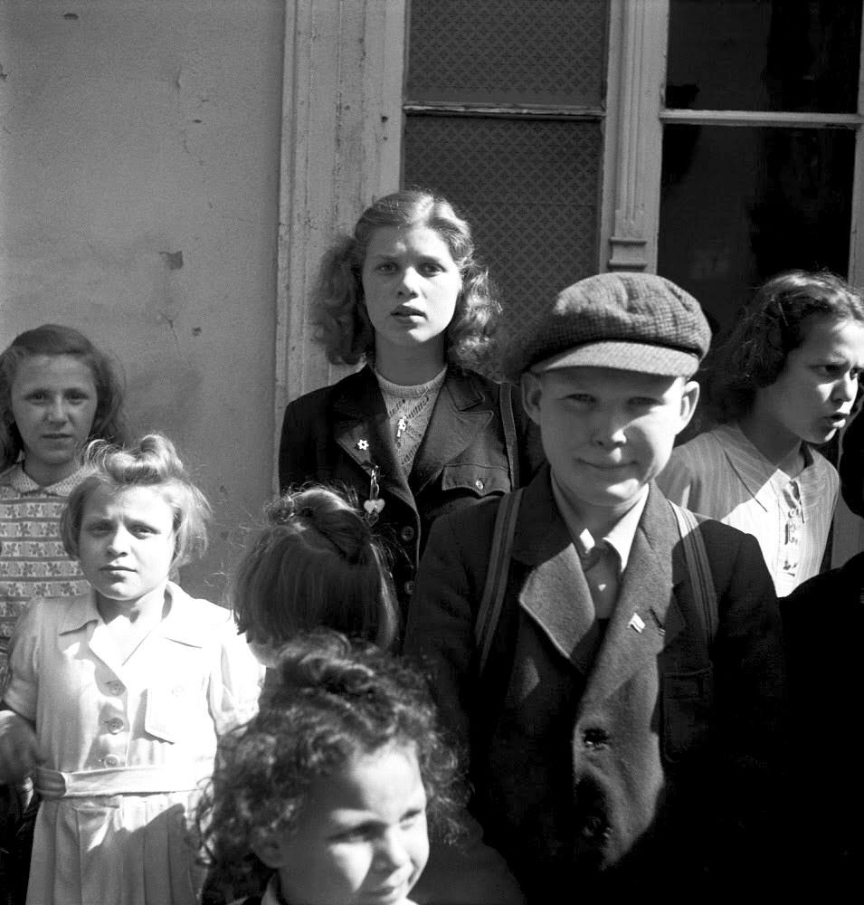 1936. Дети, ожидающие у регистрационного бюро лагеря для перемещенных лиц в районе озера Шлахтензее, Берлин
