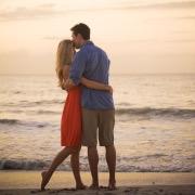 Влюбленная пара у моря