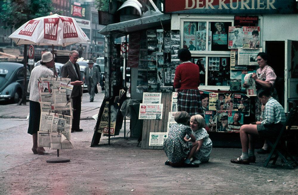 1954 Berlin Kudamm-Idylle-Ecke-Uhland.jpg