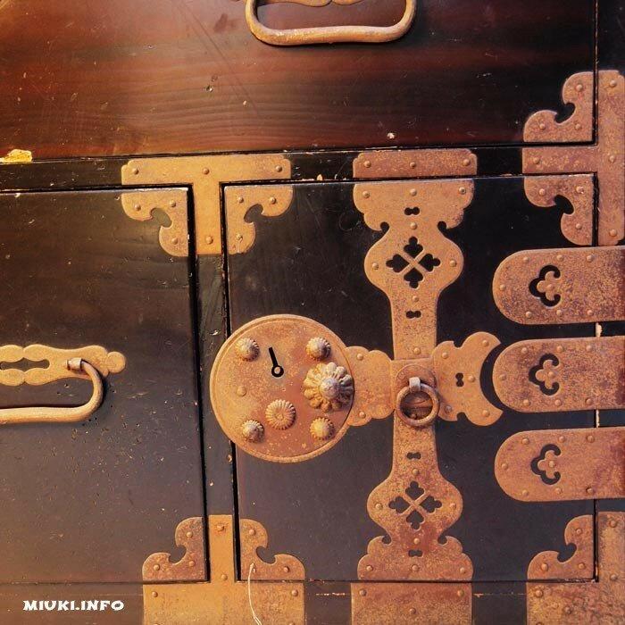 фрагмент антикварного японского комода тансу