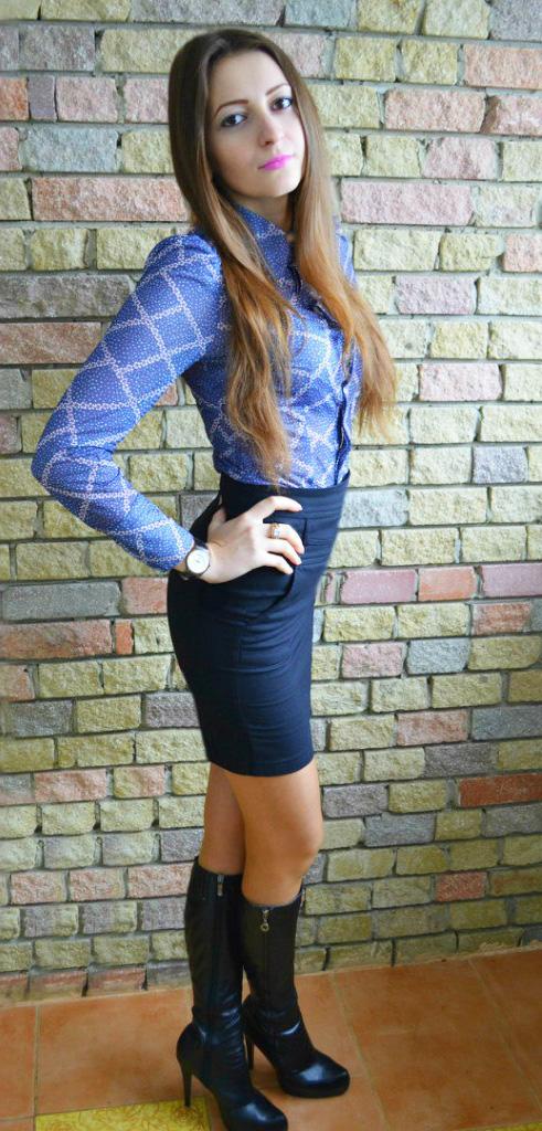 Красотка в блузке и деловой юбке