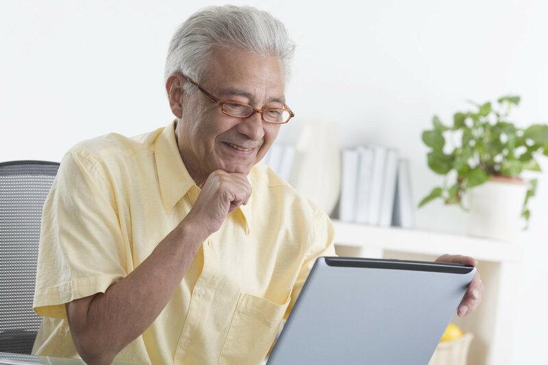 Пенсионер с ноутбуком.