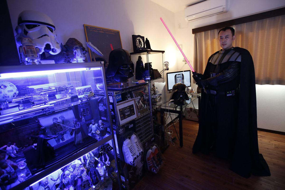 4. Человек с ником Икемаса, 37 лет, отказавшийся назвать свое настоящее имя, позирует в костюме Дарт