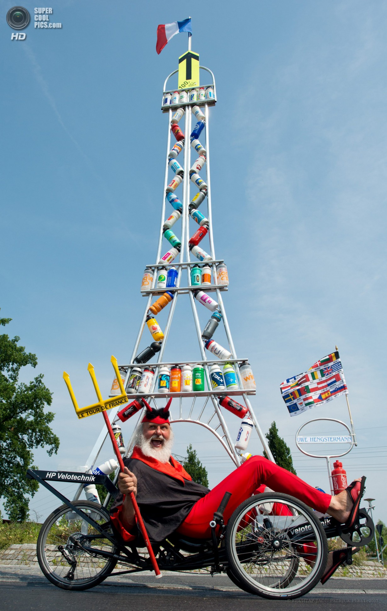 Германия. Шторков, Бранденбург. 20 июня. Диди Зенфт на самодельном велосипеде «Tour Teufel». (EP
