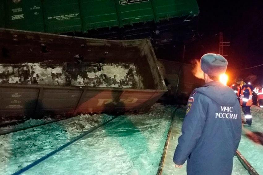 Грузовой поезд сошел срельсов вКемеровской области