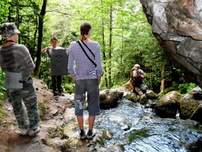В походе, у реки из скал выходящей ... SAM_0599.JPG