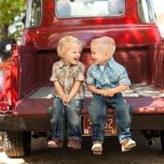 Мальчики на машине