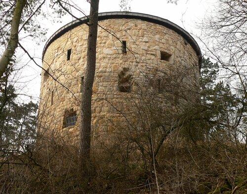1280px-Burg_Liebenburg_Hausmannsturm_von_unten.jpg