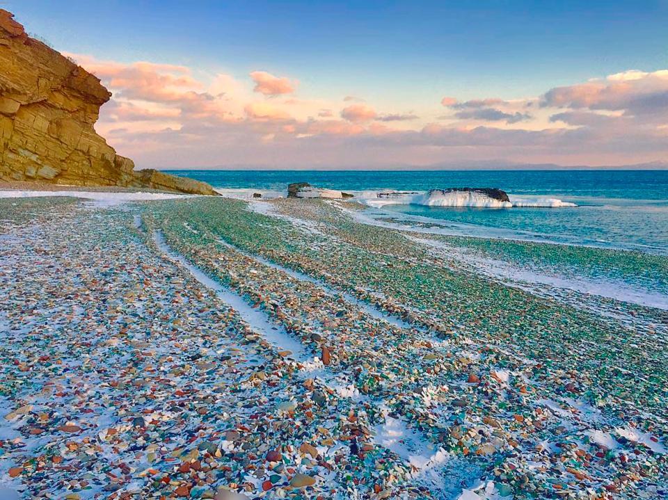 Волны превратили битое стекло в красивые камешки