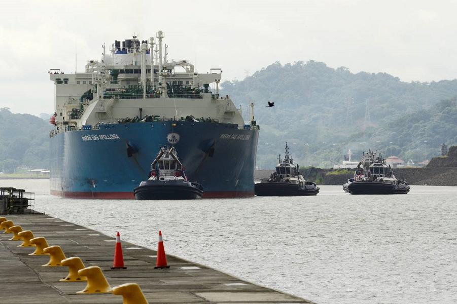Танкер проходит через расширенный Панамский канал.png
